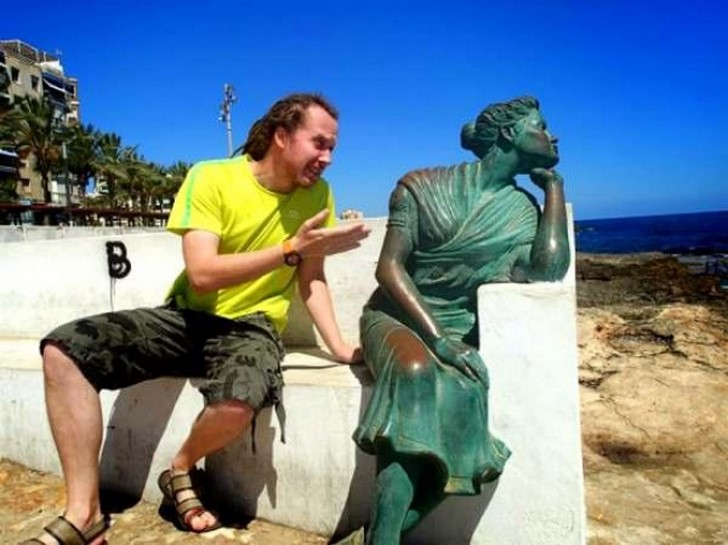 35 People Messed With Statues for an Epic Photo (10)