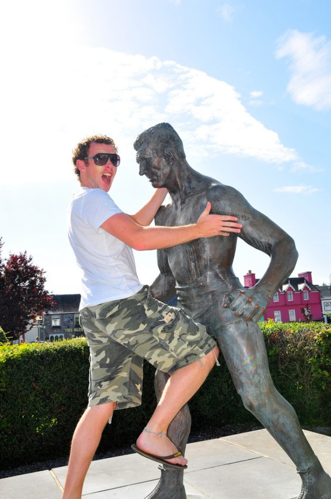 35 People Messed With Statues for an Epic Photo (15)