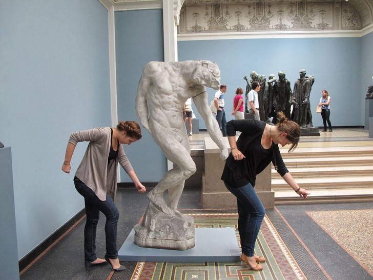 35 People Messed With Statues for an Epic Photo (18)