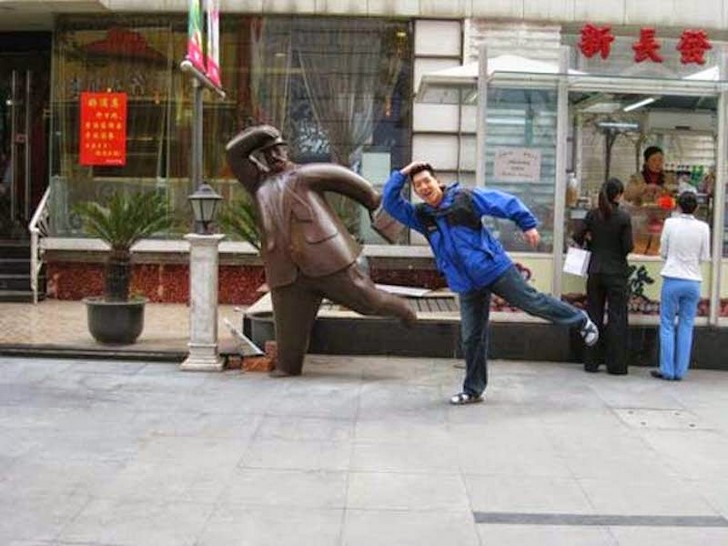 35 People Messed With Statues for an Epic Photo (2)