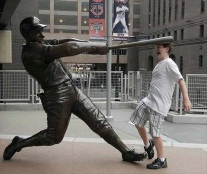 35 People Messed With Statues for an Epic Photo (25)