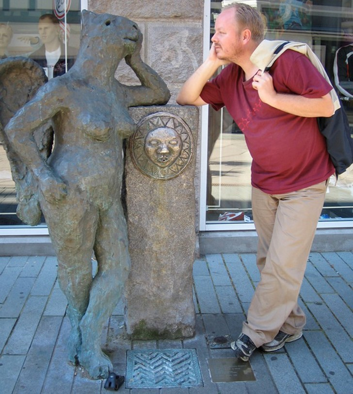 35 People Messed With Statues for an Epic Photo (27)