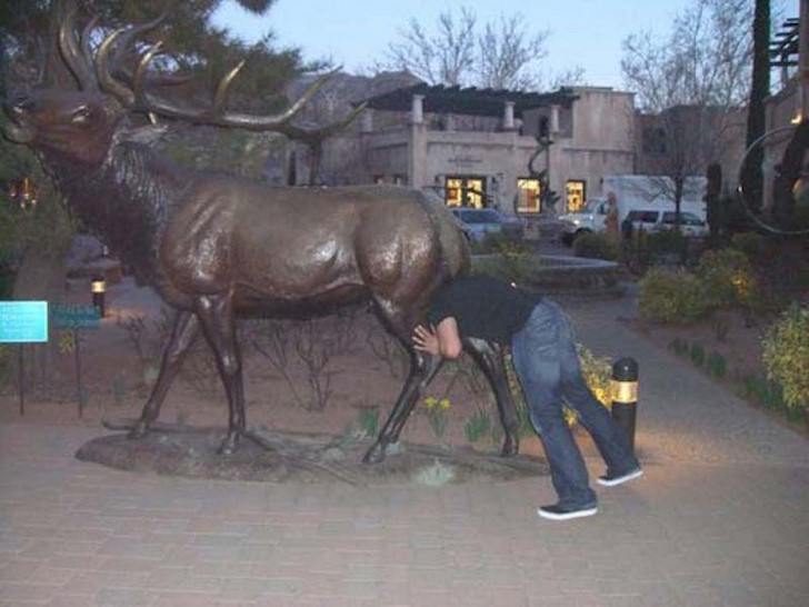 35 People Messed With Statues for an Epic Photo (28)