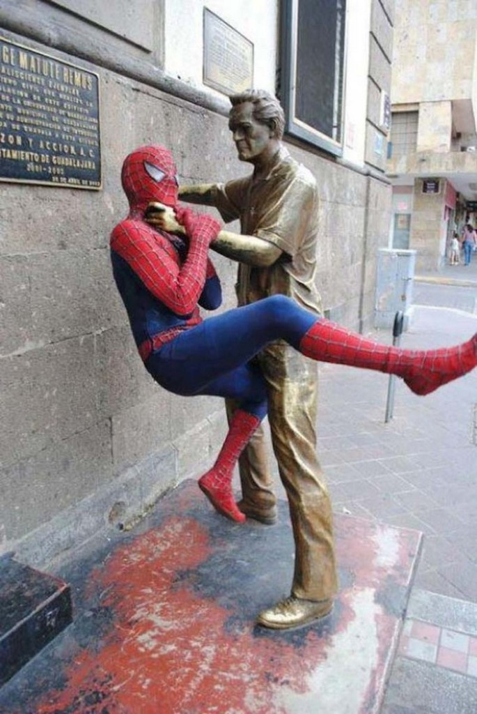 35 People Messed With Statues for an Epic Photo (29)