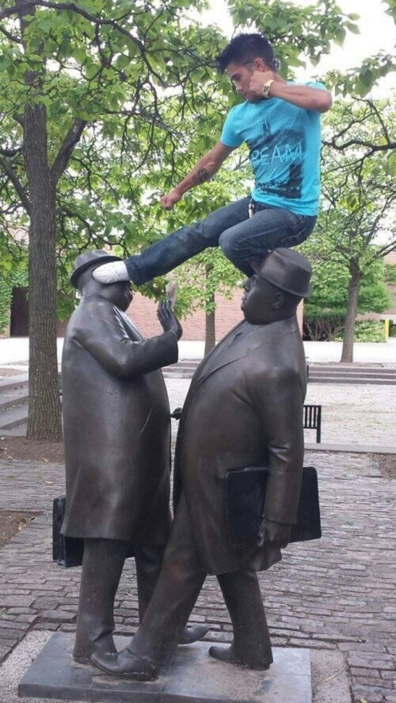 35 People Messed With Statues for an Epic Photo (32)