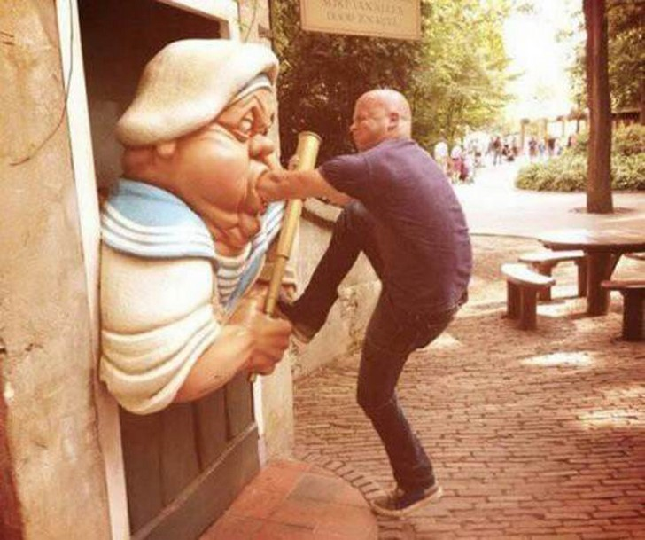 35 People Messed With Statues for an Epic Photo (8)